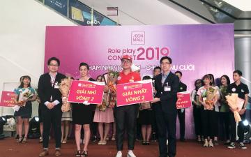 Giám đốc TTTM AEON MALL Long Biên trao phần thưởng cho thí sinh xuất sắc nhất