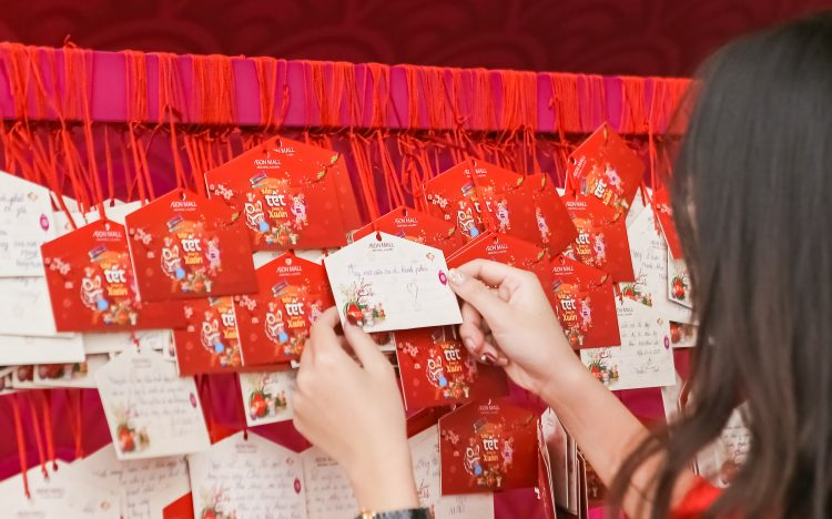 Treo thẻ EMA trước mèo Thần Tài tại AEON MALL Long Biên